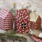 Julhus av kartong och tyg dekorerad med glitter till upphängning