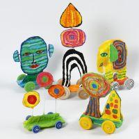 Skulptur på hjul av återvinningspapp och gipsgaze