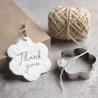 Så här gör du handgjorda etiketter av papperspulp och kakformar