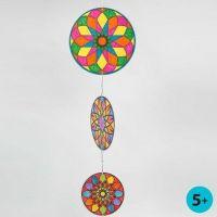 Mobiler av runda kartongskivor med färglagda mandalas
