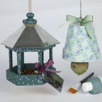 Dekorera krukorna och fågelbord till vinterns fågelmat