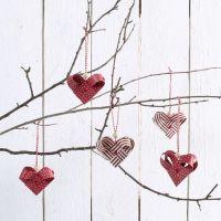 Hjärtan flätade av pappersstrimlor