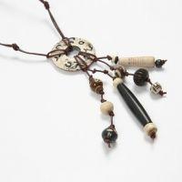 Halsband med handskurna benpärlor