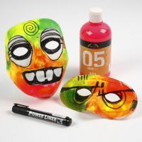 Mask av plast med mossgummi och neonfärger