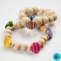 Armband med pärlor av trä och knappar av plast