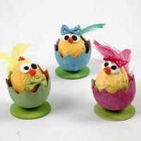Påskkycklingar i äggskal