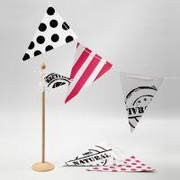 Girlanger av flaggor med stenciltryck, ränder och prickar