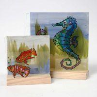Akvarium på tvådelade 3D-plattor av trä och glas