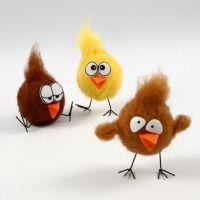 Nålfiltad kyckling på metallfötter och med plastögon