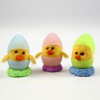 Nålfiltade kycklingar i tvådelade ägg av plast