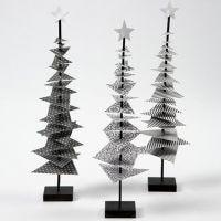 Julgran av designpapper på pinne med fot