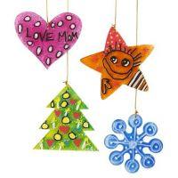 Juldekorationer av akryl som dekorerats med färg och tusch.