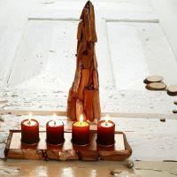 Julgran av pappstrutar och värmeljusstakar med träbitar