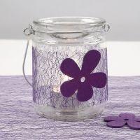 Ljusglas med bälte av lila nät och träblomma
