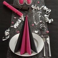 Bordsdukning och bordsdekorationer i svart och rosa