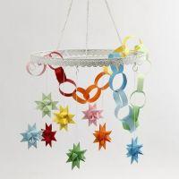 Metallkrans med färgade stjärnor och girlanger