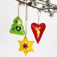Målade juldekorationer med glitter och paljetter