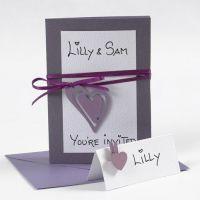 Kuvert och inbjudningar, dekorerade med satinband och hjärta