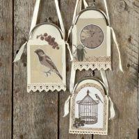 Dekoration av kartong och papper med börshandtag och satinband