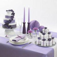 Bröllopstårta av vita askar med pappersblommor och band