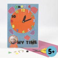 Klocka av Colorbar kartong med siffror av utstansad mossgummi