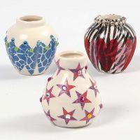 Vas av terrakotta, dekorerad med decoupage och rhinestones