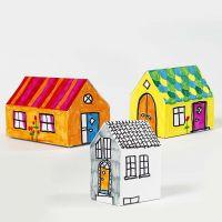 Ihopsatta, målade hus av kartong