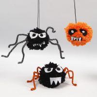 Läskiga kryp till Halloween av pompomer, piprensare och filt