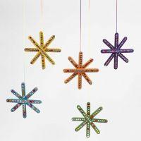 Färgglad stjärna av färgade träpinnar, dekorerade med rhinestones