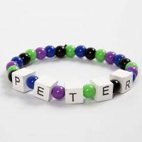 Armband och elastik med ord av bokstavspärlor