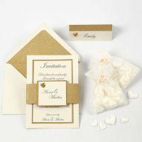 Inbjudning och bordskort i råvit och guld