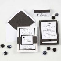 Inbjudning, menykort och placeringskort/bordskort i vitt och svart.
