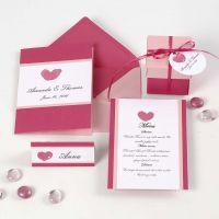 Inbjudning, placeringskort/bordskort, menykort och bordsdekorationer i rosa och ljusrosa