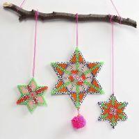 Stjärna av rörpärlor dekorerade med pompomer