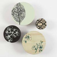 Målade träknoppar med mönster gjorda efter stencilark.