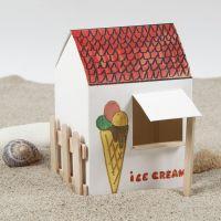Ett hus av kartong med glasspinnar