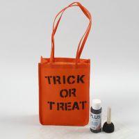 Orange påse till Halloween dekorerad med text