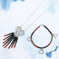 Matchande armband och halsband med rocaipärlor och berlock