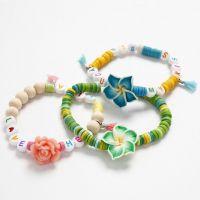 Elastiskt armband med olika pärlor i sommarfärger