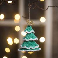 Virkad julgran av bomullsgarn och guldgarn