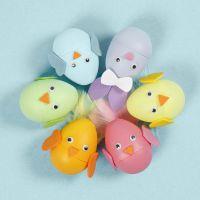 Påskharar och kycklingar som ägg dekorerad med mossgummi