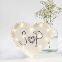 Ljusbox som hjärta dekorerad med rhinestones och halvpärlor.