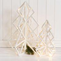 3D-julgran i trä med dekorationer och julkulor
