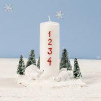 Juldekoration med ljus, isbjörn och julgran