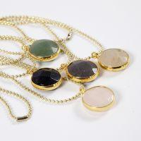 Halsband av kulkedja och smyckeberlock med sten