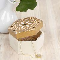 Ask av trä dekorerad med etniskt motiv efter stencil