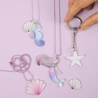 Smycken och nyckelring med sjöjungfru och havsdjur av krymplast