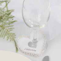 Hjärta av kartong med utskärning som bordskort till bröllop