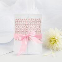 Bröllopsinbjudning med spetskartong och satinband
