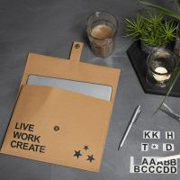 Väska av läderpapper dekorerad med rub on stickers